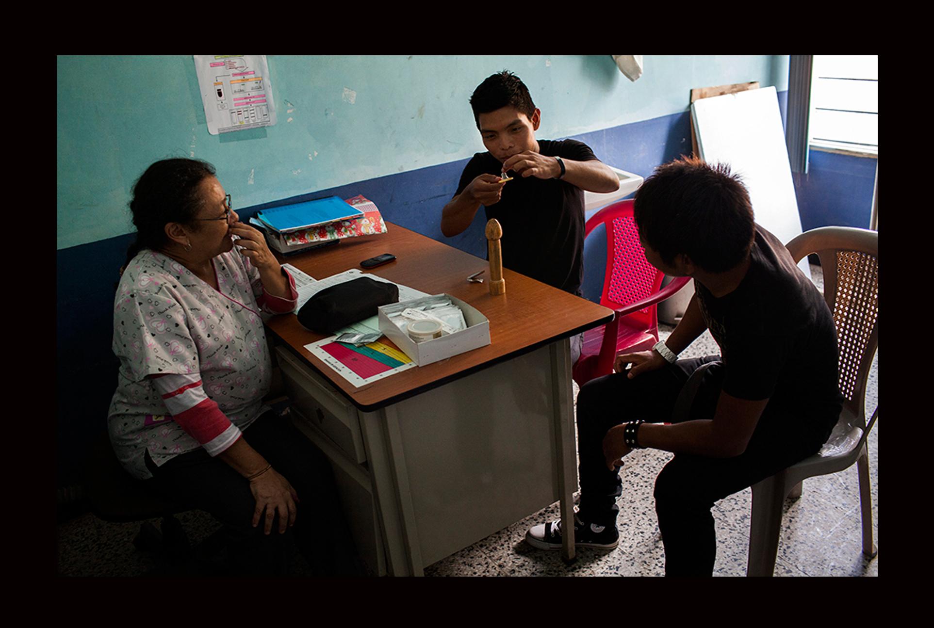 Higinio Ixquiactap, de 21 años, y Josten Tzep, de 21, reciben una charla informativa sobre uso de métodos anticonceptivos.