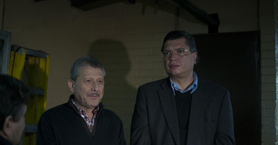 """César Augusto Medina Farfán y Gustavo Martínez en la Torre de Tribunales a la espera de que inicie la audiencia del caso """"Redes""""."""