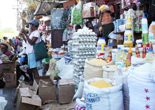 Montañas de alimentos dominicanos a la venta en un mercado callejero en Pétion-Ville, suburbio de Puerto Príncipe.  Crédito: Jude Stanley Roy/HGW