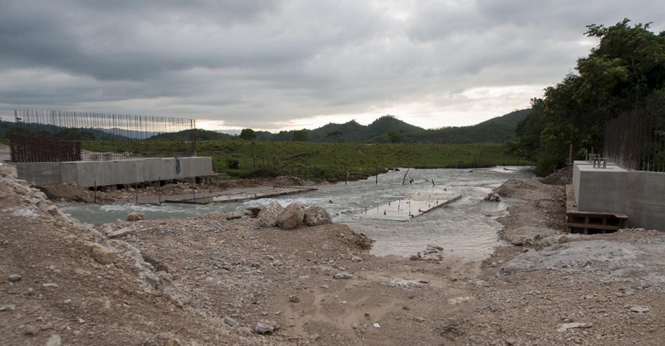 A las orillas del río Ixquisis funcionó antes un laboratorio del programa Moscamed. Ahora sólo quedan las obras incompletas de la generadora.