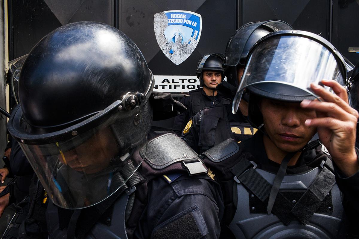 Policías antimotines protegen la entrada del Hogar Seguro Virgen de la Asunción.