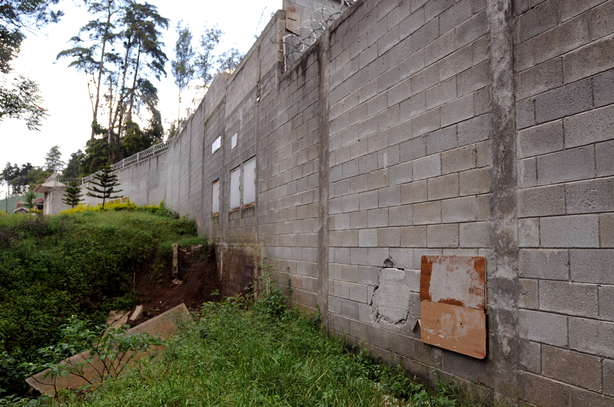 En las paredes del centro aún se aprecian los agujeros por donde escaparon las niñas.