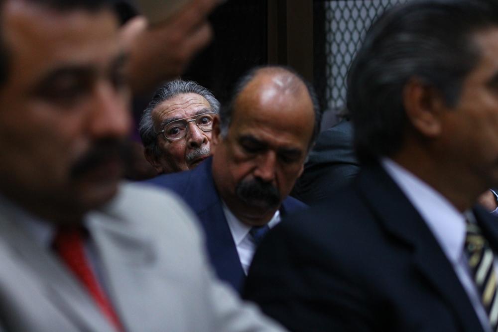 Ríos Montt parece darse cuenta, por primera vez durante la audiencia, de la presencia de los medios de comunicación.