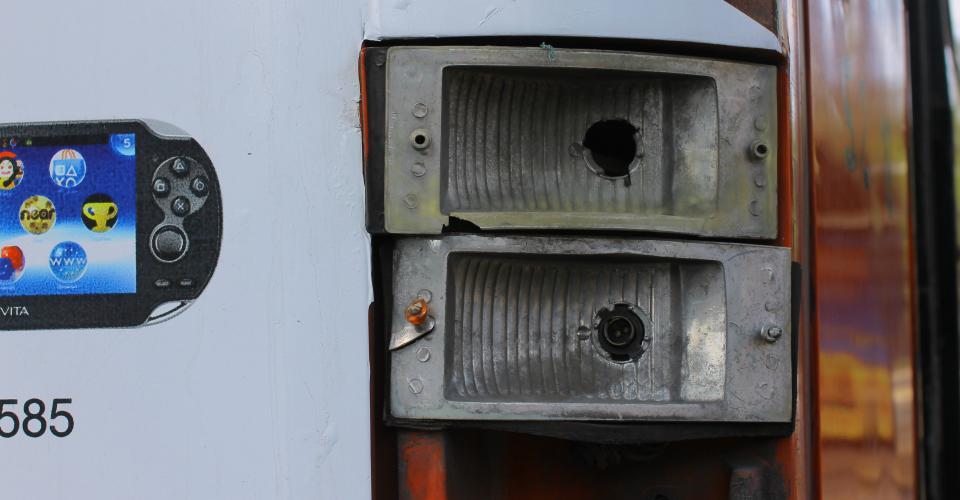 Algunos buses carecen de partes necesarias, como las luces traseras de éste.