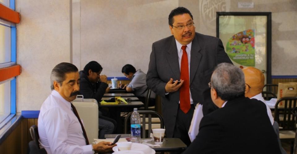 De izquierda a derecha: Marco Antonio Cornejo, Luis Rosales, Maximiliano Cermeño y Danilo Rodriguez, abogados que acompañan a Ríos Montt, platicaban en un restaurante cerca de la Torre de Tribunales mientras su defendido quedaba sin defensa.