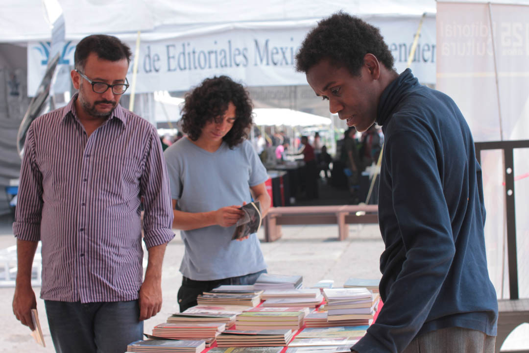 En el stand de Guatemala, Wingston González se ocupó de la venta de los libros de la Editorial Cultura del Ministerio de Cultura y Deportes.