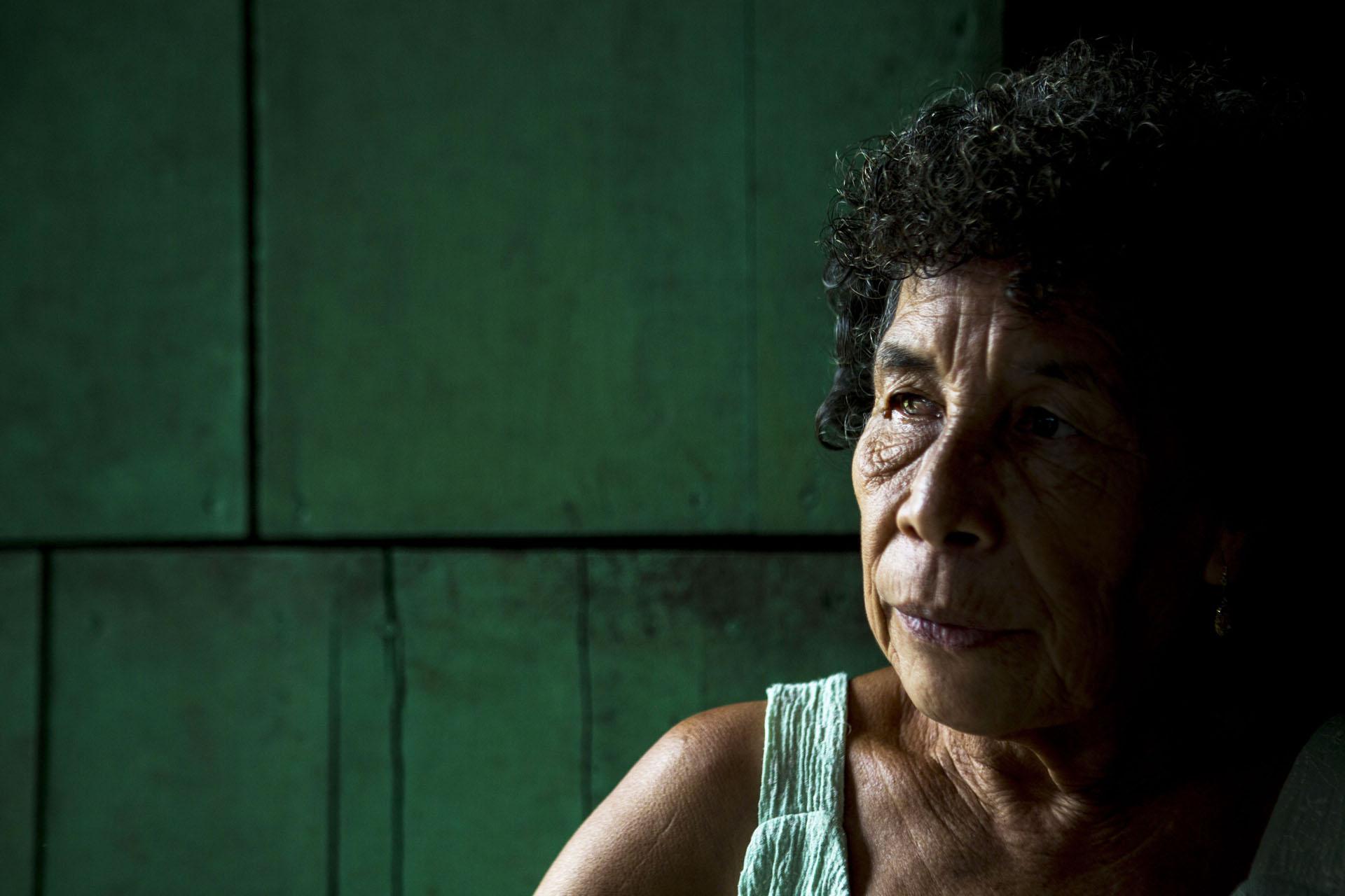 Maria Amparo Núñez nunca ha vivido en otro lugar y aunque disfruta ver la televisión por las noches le gustaría que no hubiera energía en el pueblo