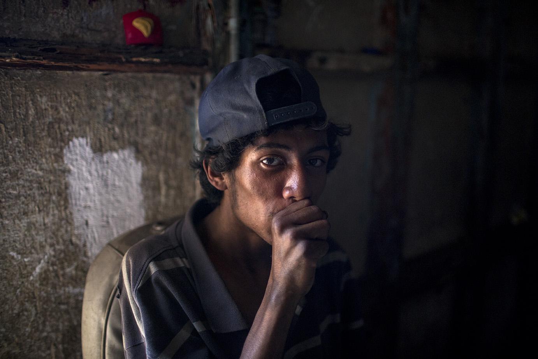 Un joven de 19 años huele solvente. Lleva 8 de vivir en la calle. Simone Dalmasso