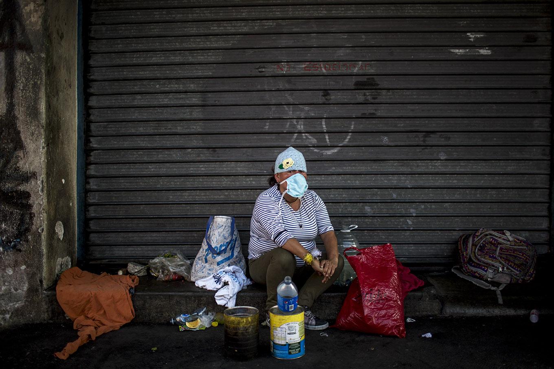 Jéssica Hernández, 32, posa frente a la casa abandonada en que suele pasar las noches, a la par del hospital San Juan de Dios, el martes 24 de marzo. Lleva cuatro años de vivir en la calle. Simone Dalmasso