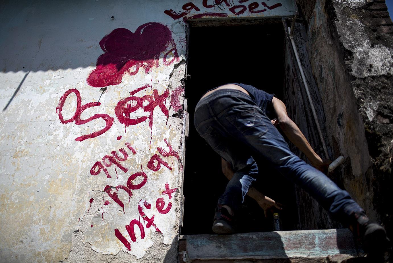 La entrada de una casa abandonada, refugio de unos vagabundos. Simone Dalmasso