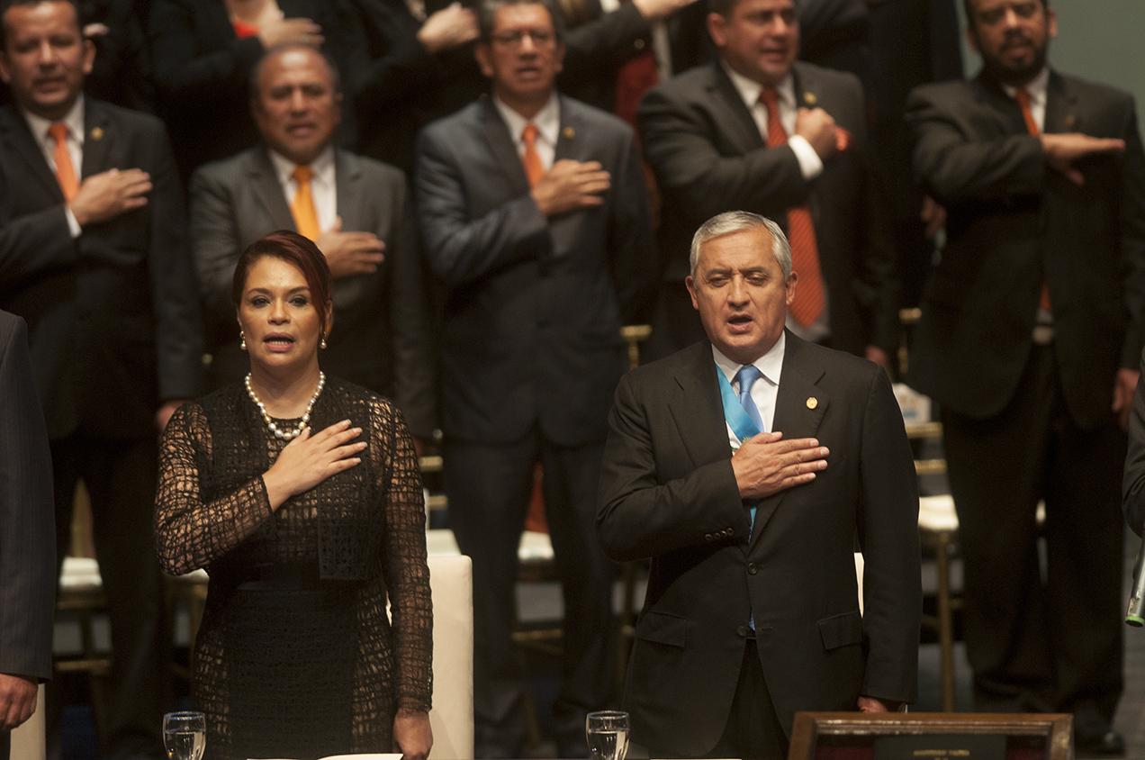 El presidente Otto Pérez Molina, y la vicepresidenta Roxana Baldetti. Pérez presentó los resultados de su gestión en el Teatro Nacional. Afuera del recinto un grupo de personas manifestaban su descontento con el gobierno.