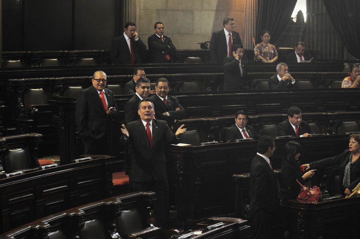 Diputados de Lider esperaban al presidente que no llegó al Congreso a presentar el informe.