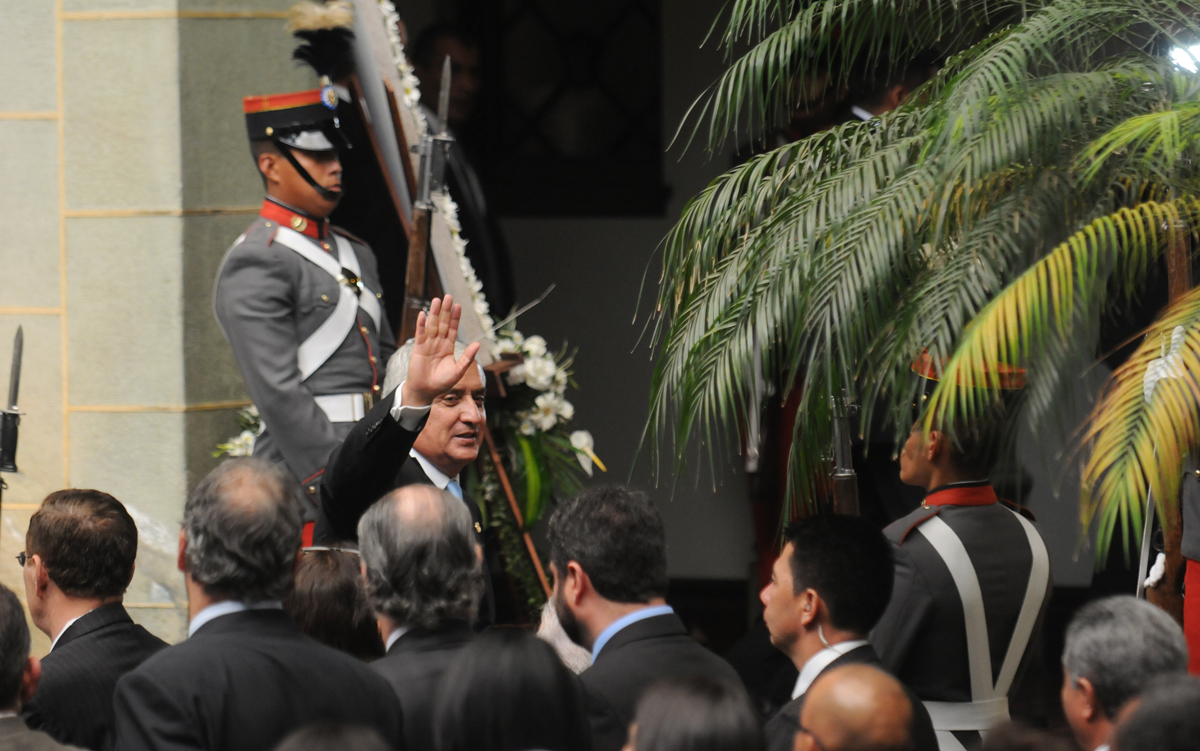 El presidente se despide de los asistentes al acto.