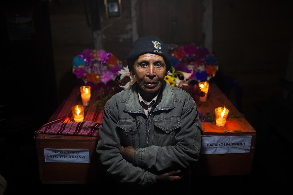 Juan Cruz, 72, posa enfrente de los ataúdes de su esposa, María Cavinal, y su padre, Antonio Cruz, ambos muertos por susto a principio de los años 80