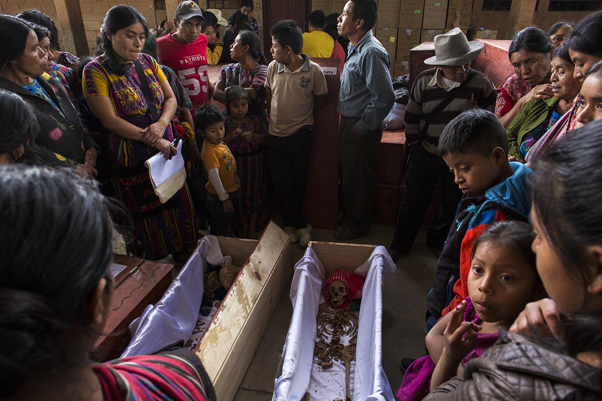 Familiares y curiosos rodearon los ataúdes con los restos de las víctimas durante todo el 29 de noviembre, día en el cual se dio el proceso de reconocimiento y recomposición de las osamentas de los difuntos
