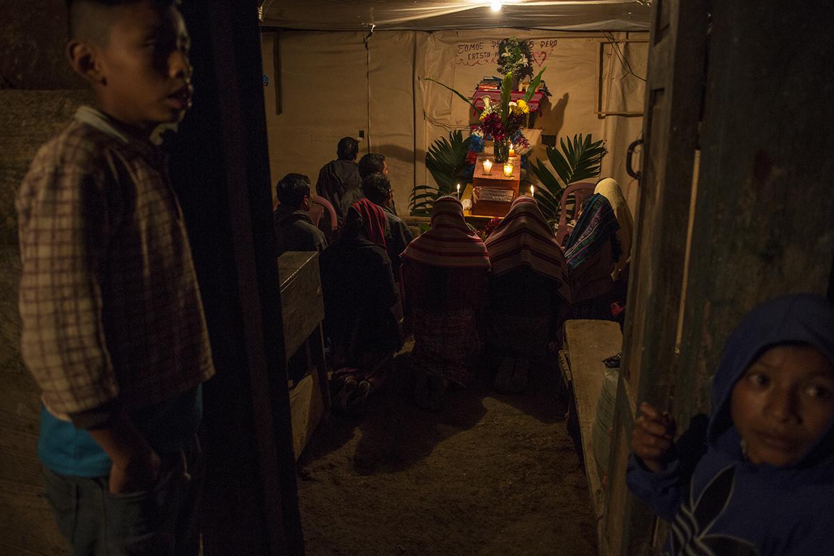 El velorio de Diego Toma Sambrano, exmiembro de la patrulla de autodefensa civil, PAC, en la aldea Vichivalá. Los familiares desconocen si fue asesinado por soldados o guerrilleros en 1982 a la edad de 35 años