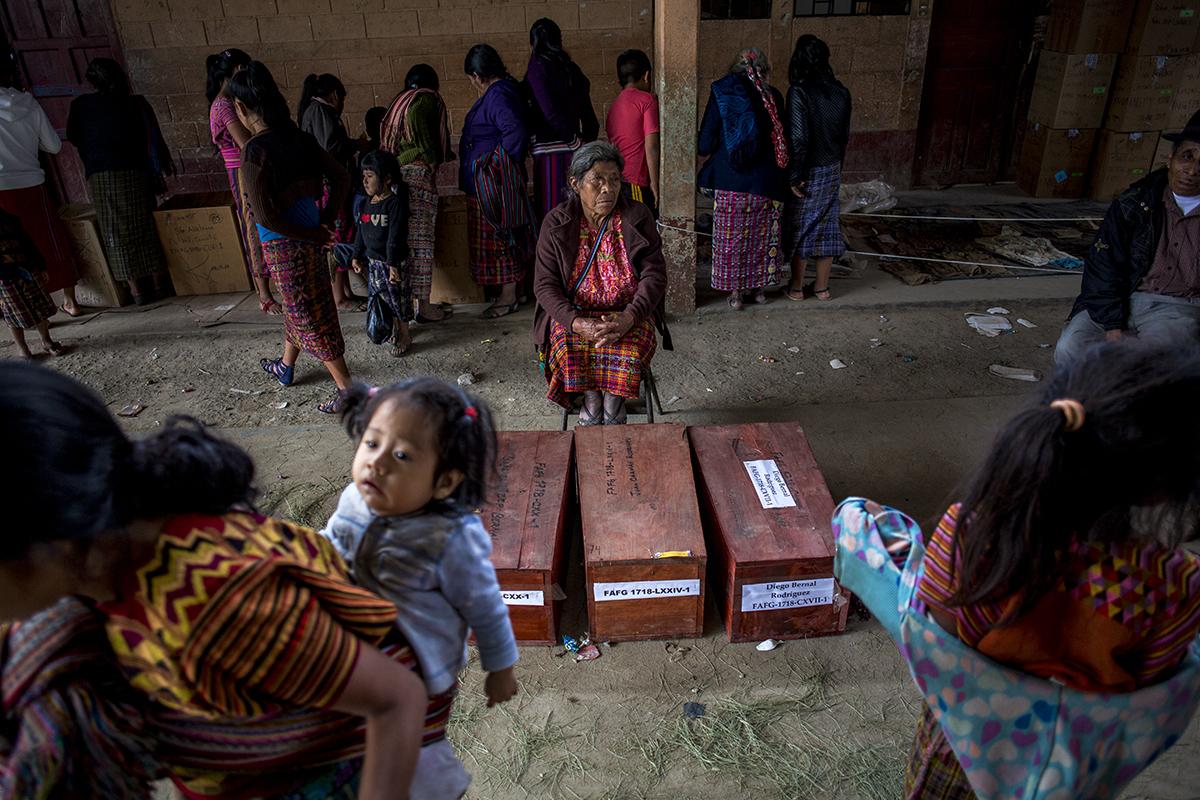 Inés Rodríguez Toma, de 61 años, estuvo sentada por horas al lado de los ataúdes con los restos de sus tres hijos, Juan, Diego y Gabriel, muertos, respectivamente, a la edad de 10, 12 y 8 años