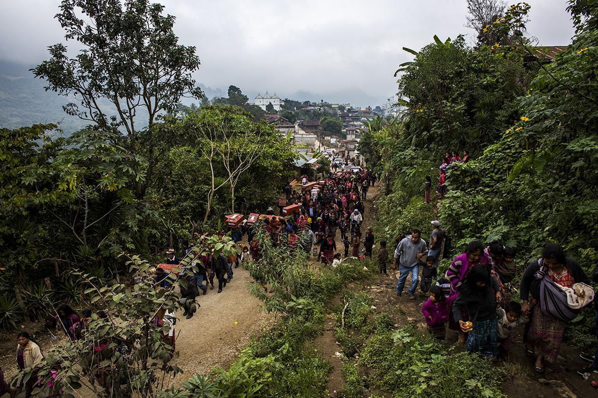 El día del entierro, cientos de familiares acompañaron los 172 ataúdes desde el centro del pueblo hasta el cementerio