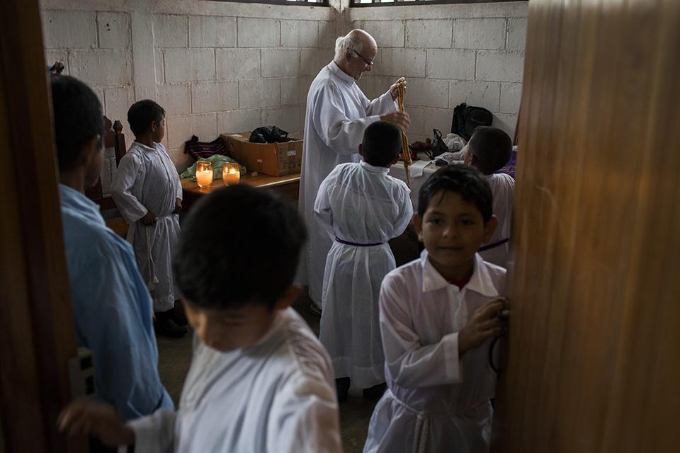 Padre Falla se prepara para oficiar misa en Xalbal
