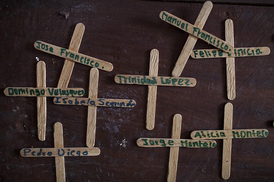 Homenaje a los caídos en la masacre de Cuarto Pueblo. Los nombres, escritos encima de palitos de paletas, están pegados a los ataúdes que guardan los restos de los muertos en el panteón del cementerio de la comunidad.