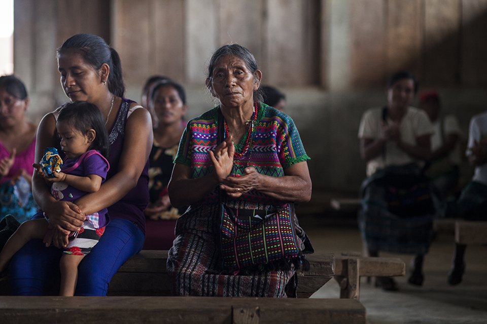 Anciana escucha la presentación del IV volumen de la colección Al atardecer de la vida… en Pueblo Nuevo