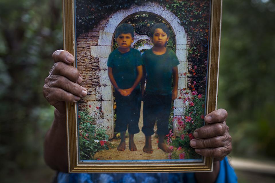 Francisca Pérez, 81, sujeta la foto de sus hijos Marcos y Baltazar Ramírez Pérez. Marcos tenía 7 años cuando fue matado por soldados en la masacre de Cuarto Pueblo