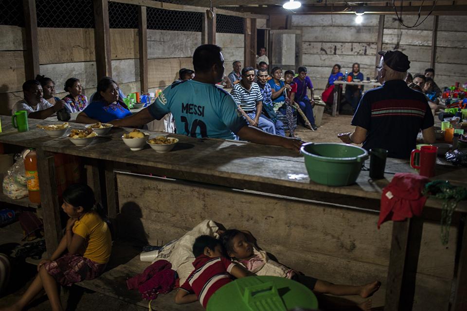 Reunión nocturna en Primavera del Ixcán, entre el padre Falla y los habitantes de la Comunidad de Población en Resistencia