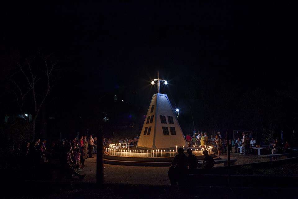 Comunidad de Cuarto Pueblo reunida frente al monumento en homenaje a los caídos de la masacre de la comunidad durante la noche de celebraciones del 34º aniversario