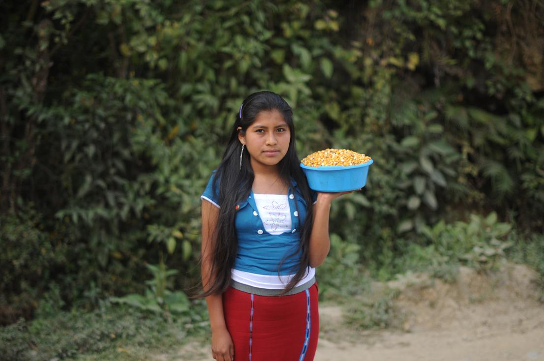 María con el maíz que alimentará a una familia.