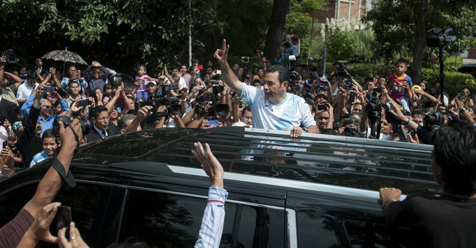 Jimmy Morales saluda a sus simpatizantes luego de salir del centro de votación donde emitió su sufragio.