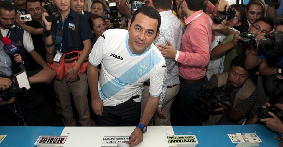 Jimmy Morales emite su voto.