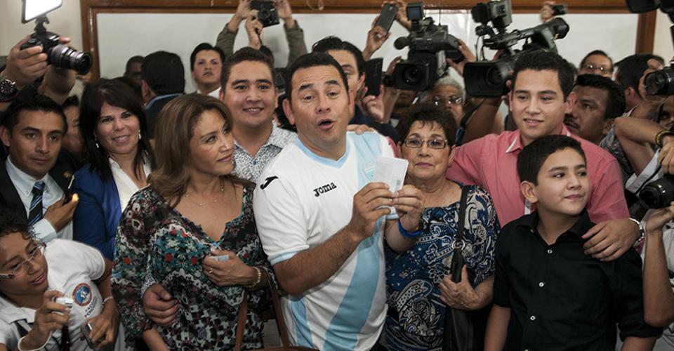 Jimmy Morales con la boleta junto a su madre, esposa e hijos.