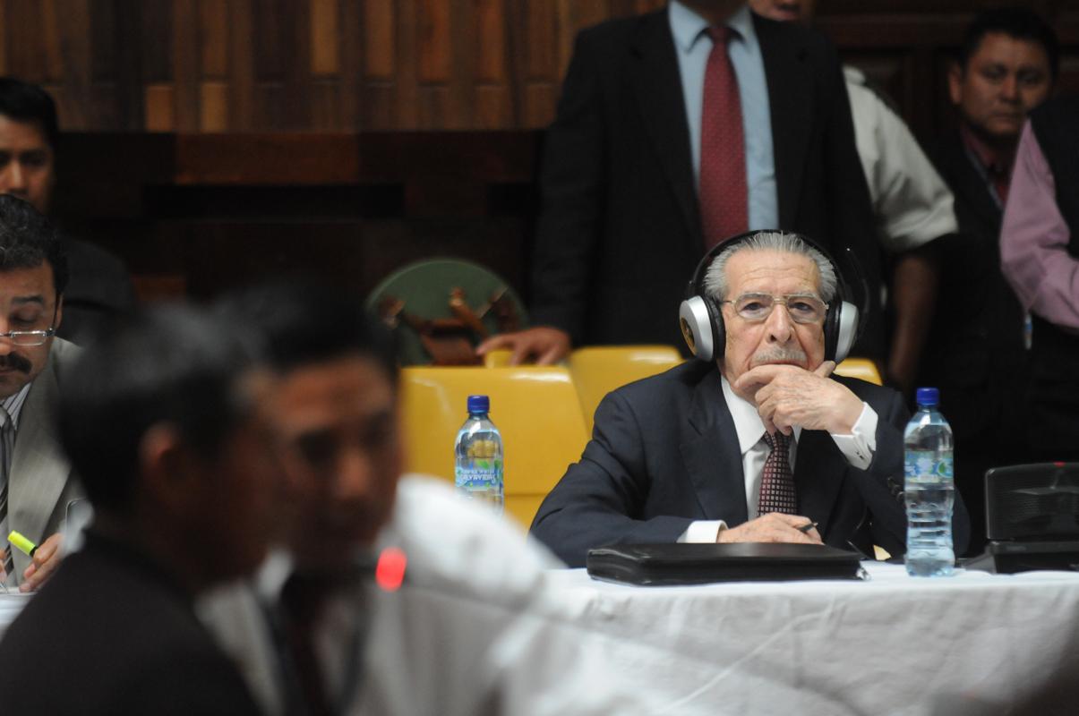 Ríos Montt escucha al testigo ixil.