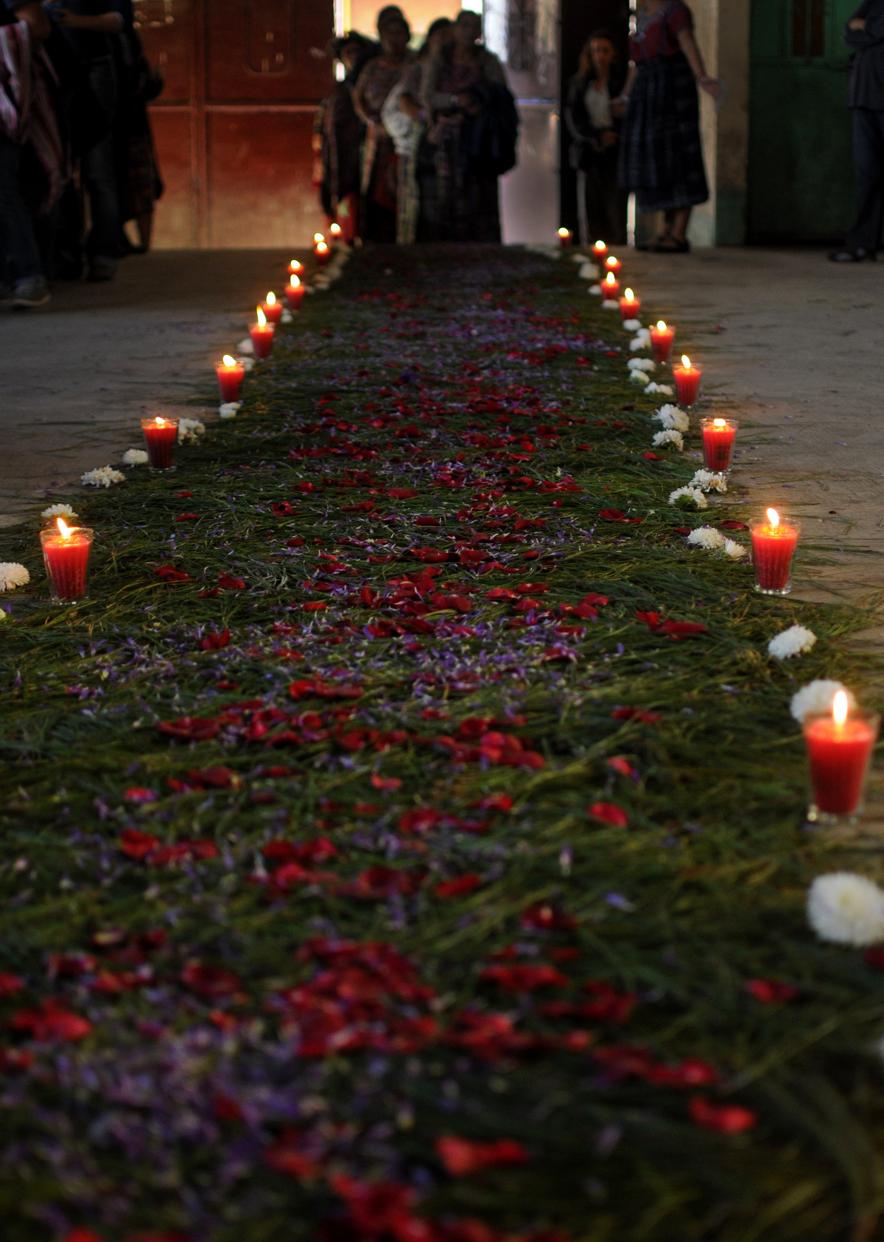 Las asistentes caminaron por una alfombra de pino y flores para honrar su participación en los procesos que buscan justicia.