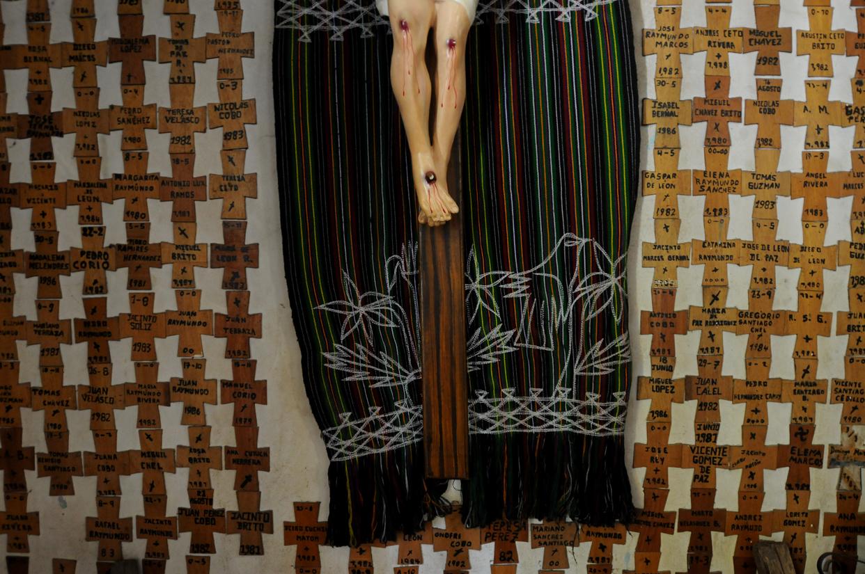 Los nombres de los ixiles que fueron asesinados durante la guerra, a los pies de Cristo Crucificado en la iglesia de Nebaj.