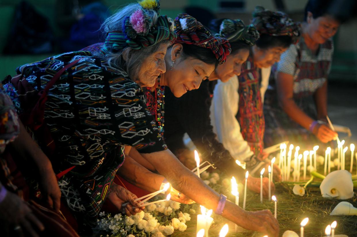 Las sobrevivientes y testigos ixiles en uno de los cuatro altares que representaban los elementos de la naturaleza.