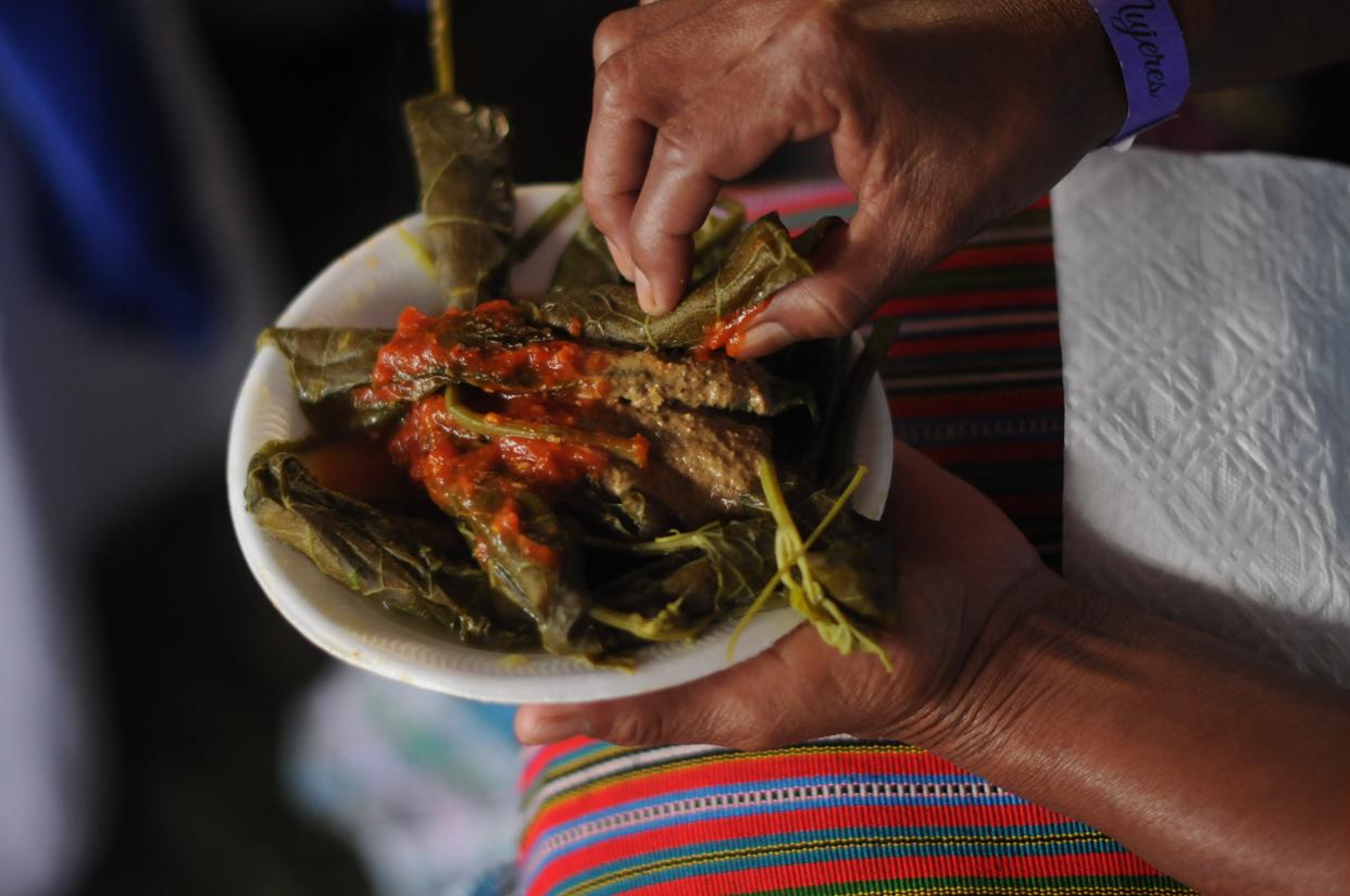 Las mujeres q'eqchi' se sorprendieron del boxbol, comida tradicional del área ixil. Una de ellas dijo que trataría de hacerlos en su casa.