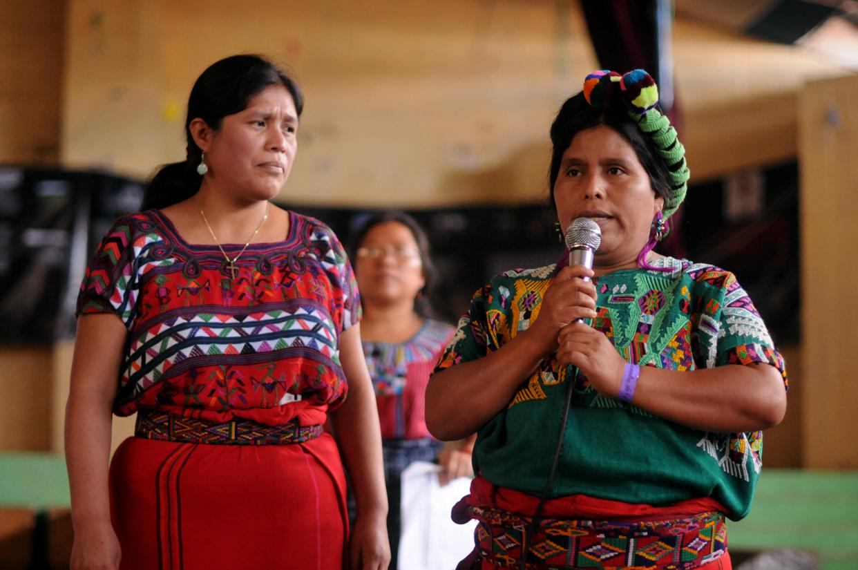 Elena Caba, fue lanzada a un río por soldados del ejército. Cayó sobre los cuerpos muertos de miembros de su comunidad. Recordó y compartió su historia en su idioma Ixil.