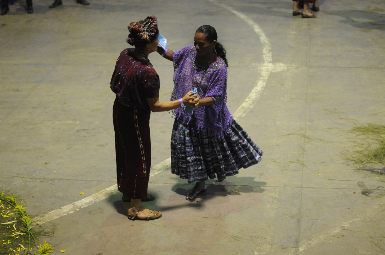 Son de regiones distintas y hablan idiomas diferentes. Bailan al ritmo de la marimba, y son sobrevivientes de la guerra.