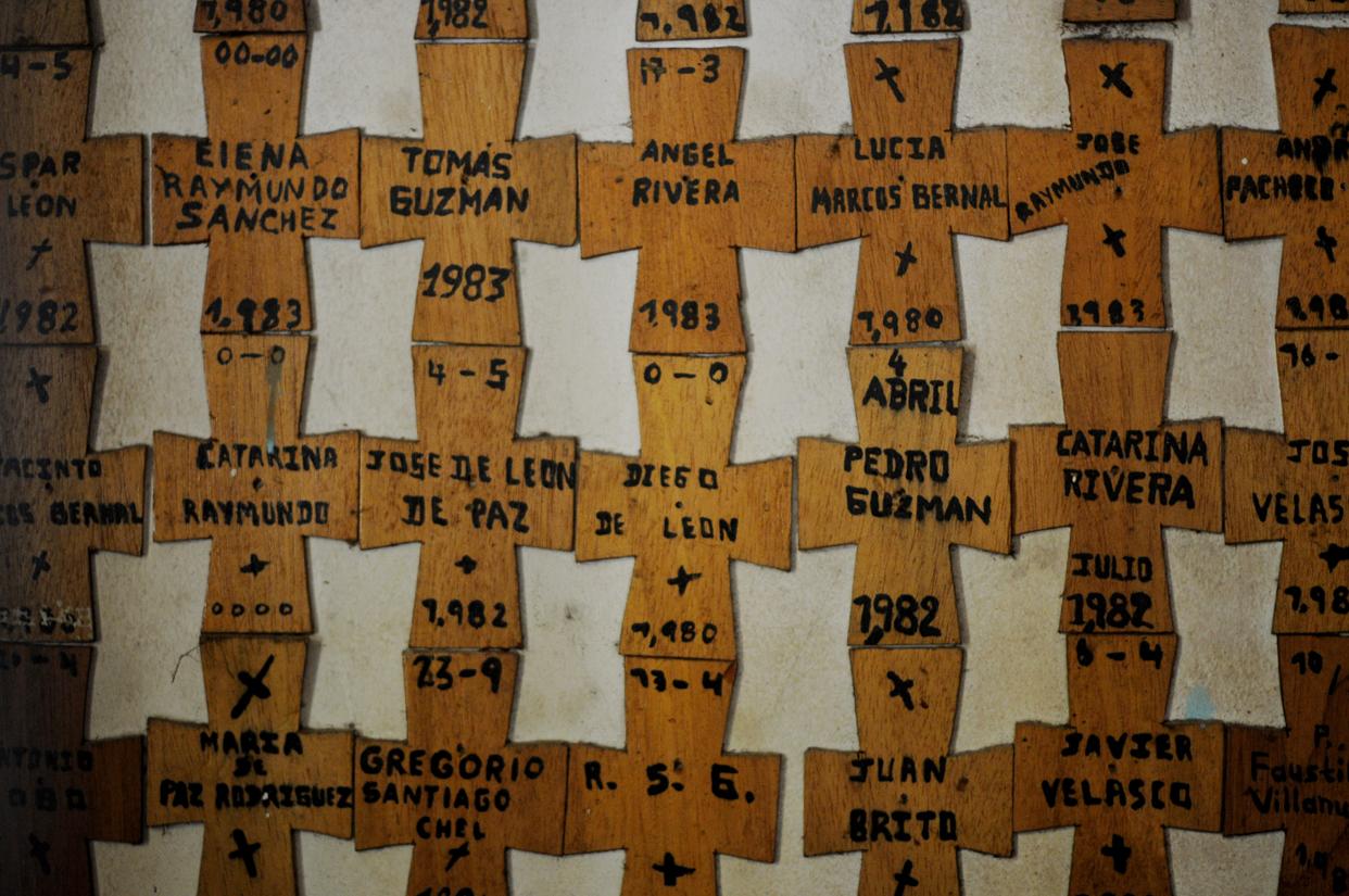 Los nombres de quienes murieron.
