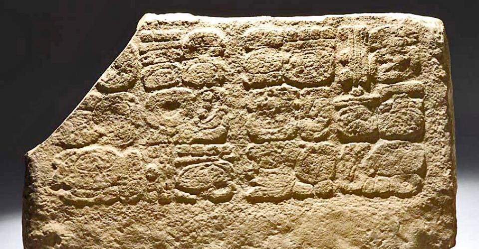 Fragmento de escalinata del sitio La Corona. Comprada y recuperada para el Estado por La Ruta Maya. Fotografía de La Ruta Maya
