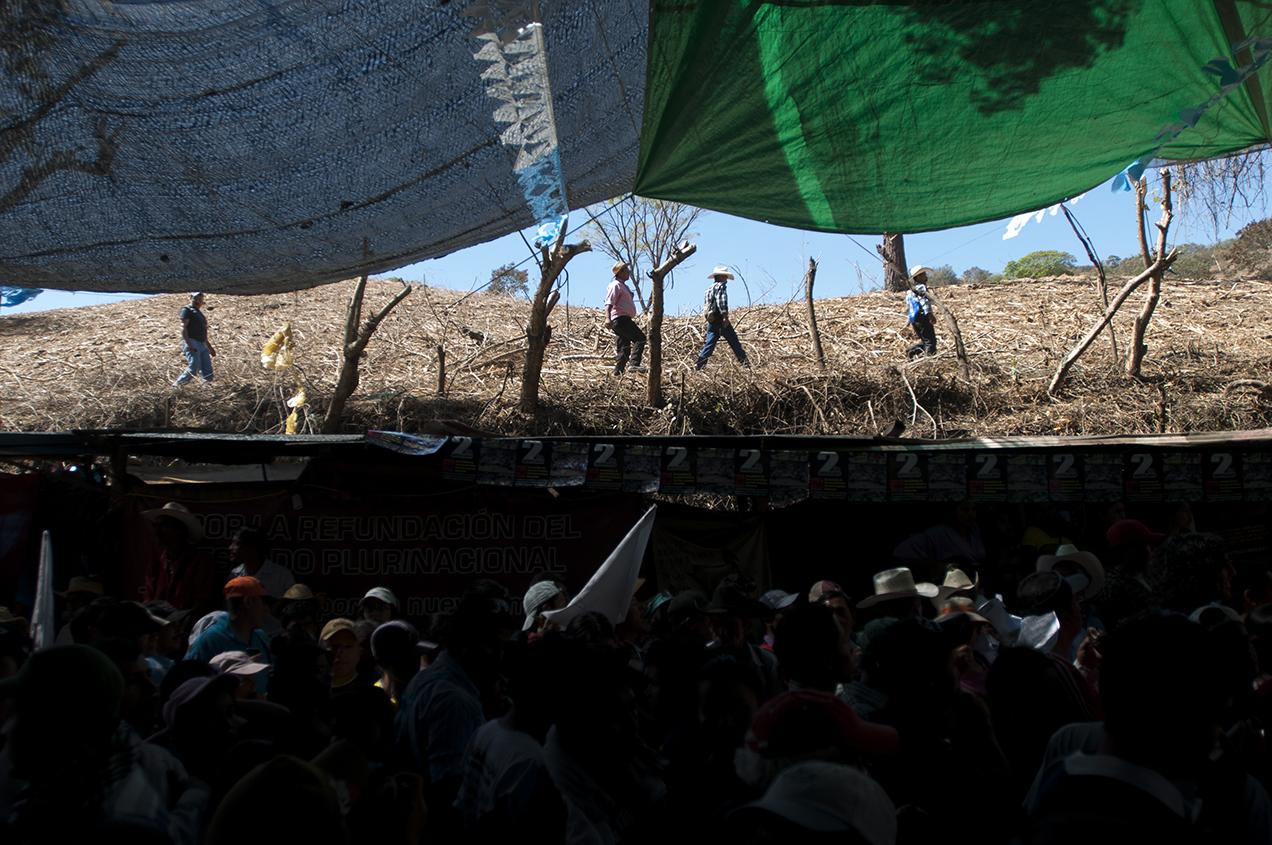 Cientos de personas llegaron al pequeño campamento que ha sido refugio de quienes permancen día y noche impidiendo el paso de la empresa minera.