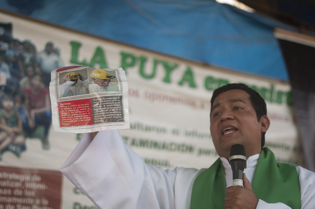 Un día después de que se retiraran las máquinas, apareció un volante con fotos y textos donde el Papa Francisco apoyaba la actividad minera. El sacerdote Francisco Ortega aseguró que eso era falso.