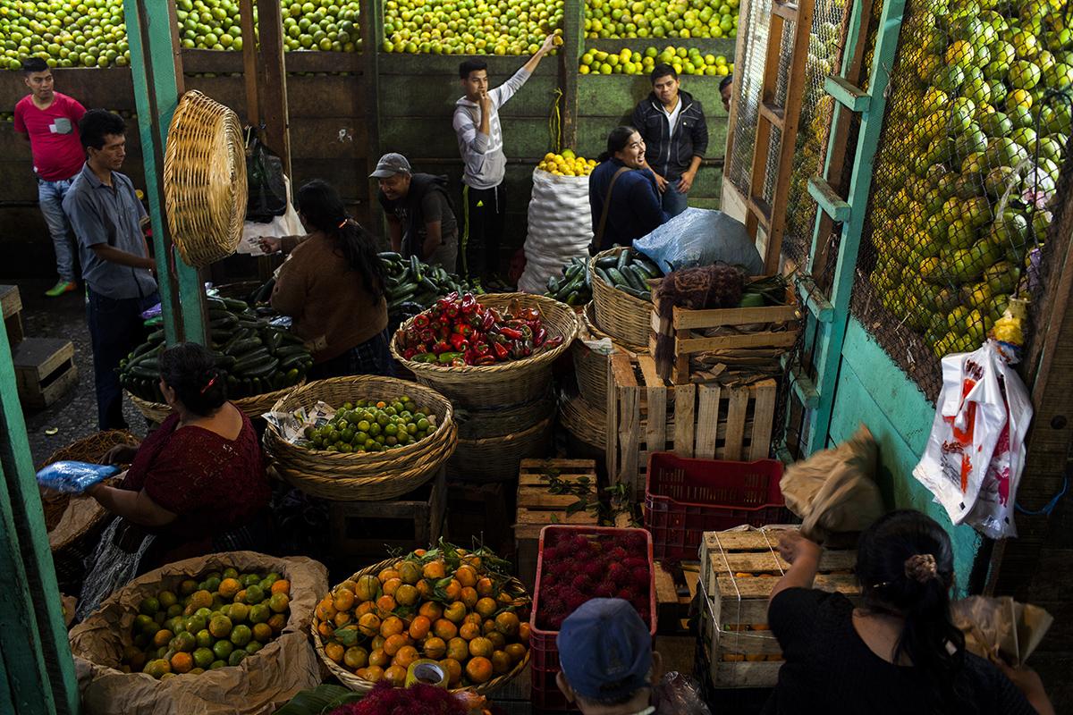 """Detalle de la venta en el sector de la """"naranjera"""", en un área del mercado  cubierto"""