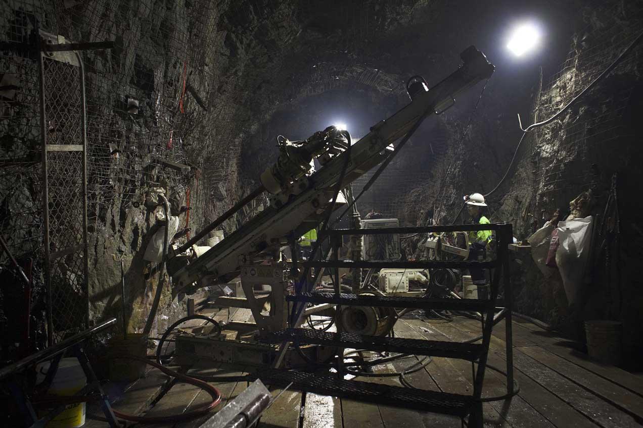 Una máquina saca muestras de las rocas minerales, llamadas núcleos.