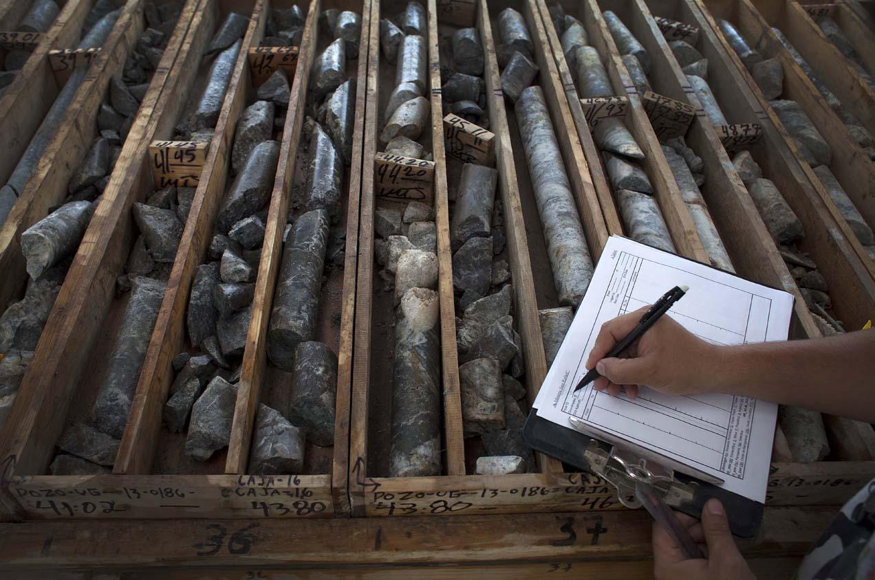Los núcleos son catalogados y archivados en superficie por los geólogos de la empresa.