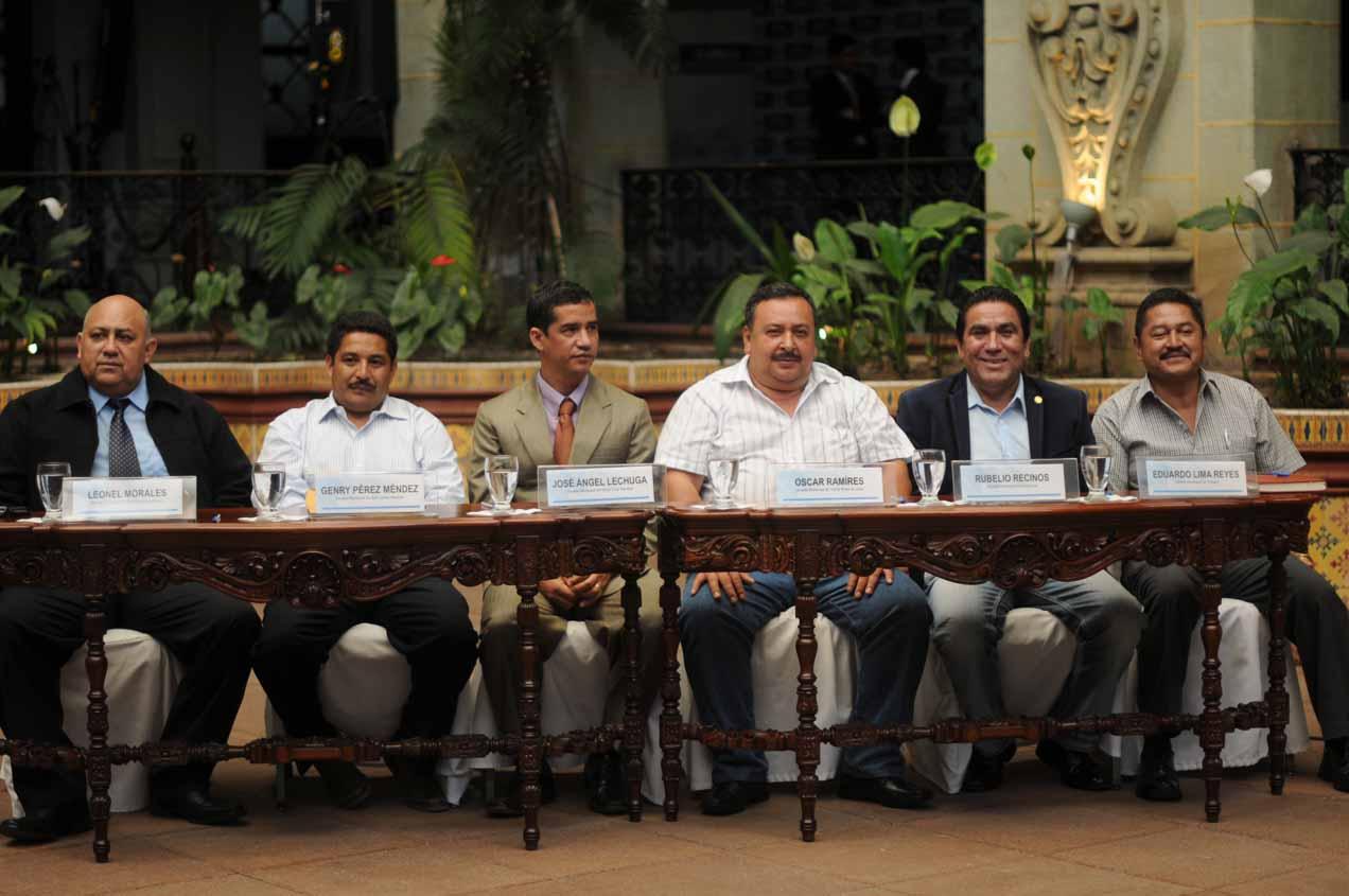 Los cinco alcaldes que firmaron a favor del proyecto minero: Leonel Morales, Genry Pérez Méndez, José Angel Lechuga, Oscar Ramíres, Rubelio Recinos, Eduardo Lima Reyes.