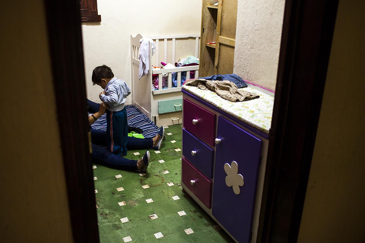 La madre de uno de los niños del hogar, una adolescente de 16 años, viste a su hijo en un momento de la mañana. Los dos llevan seis meses en la casa. La joven fue violada con 13 años.
