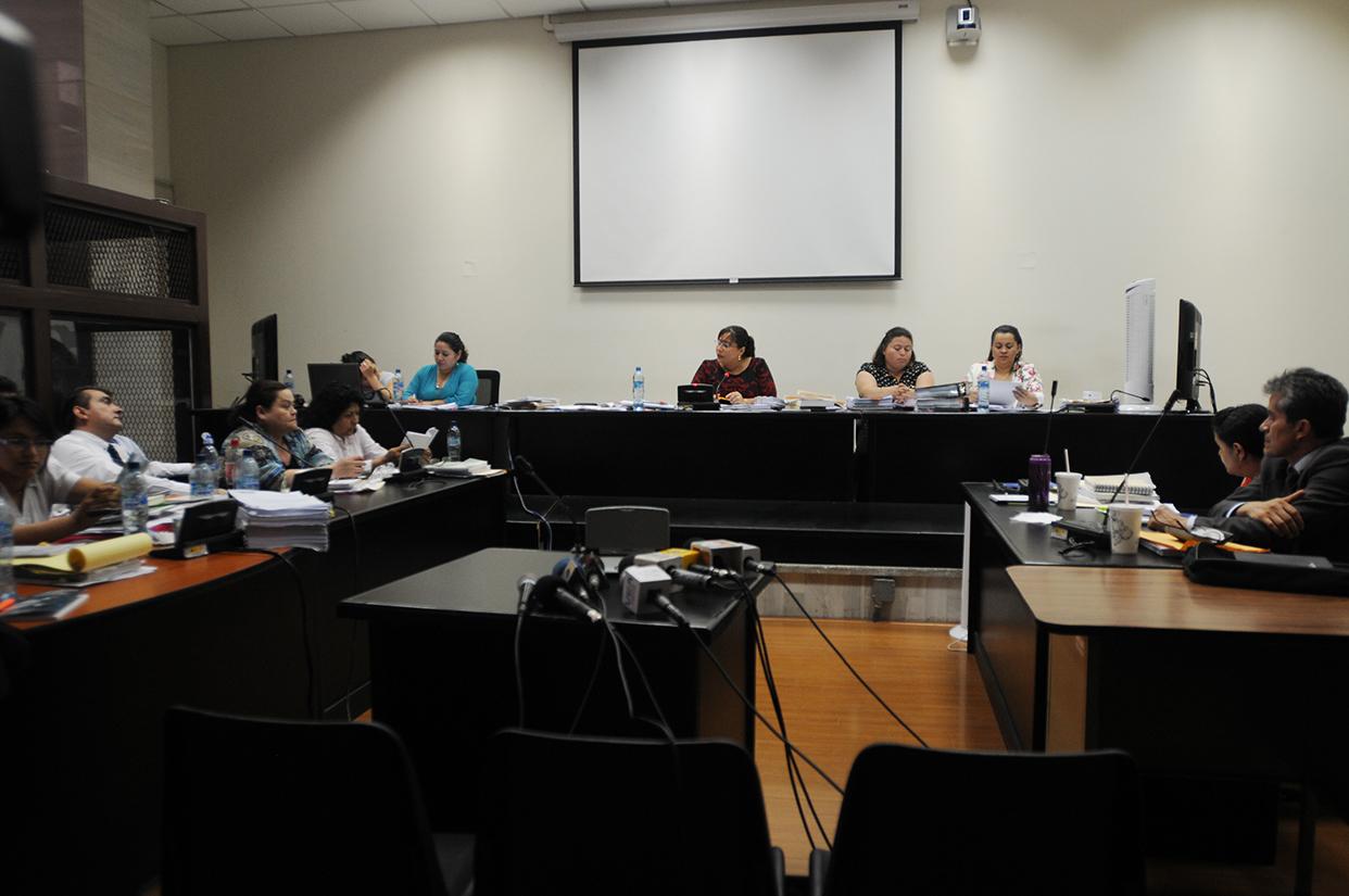 La juez Silvia de León ligó a proceso penal a los 17 sindicados en el caso IGSS-PISA. Los hombres fueron trasladados al cuartel Matamoros, y las seis mujeres a la cárcel de Santa Teresa.