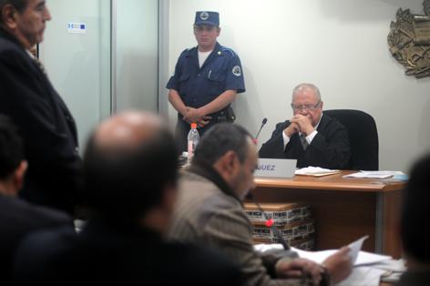 El juez Carlos Roberto Mota escucha al sindicado.